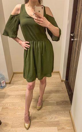 Шифоновое платье бренда house с открытыми плечами цвета хаки