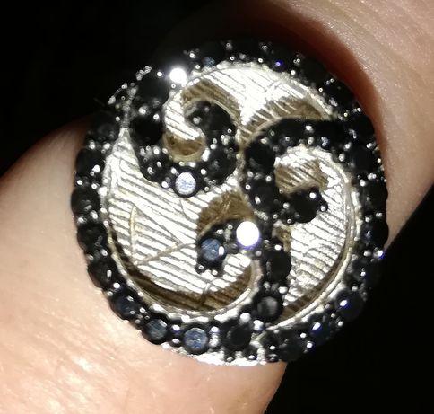 Vendo anel de prata com zircónias pretas tamanho grande