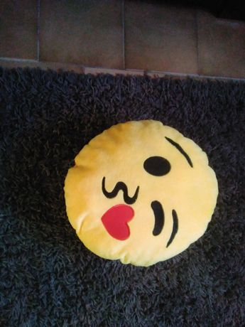 Almofada de emoji de beijinho de coração.