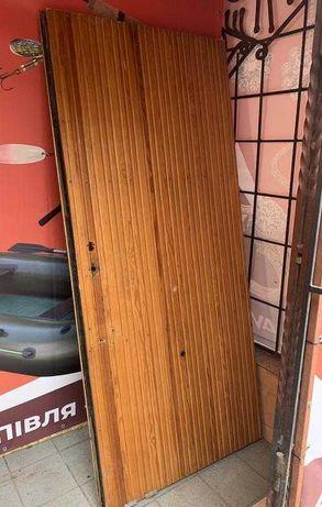 Входная хорошая тяжелая бронированная дверь .