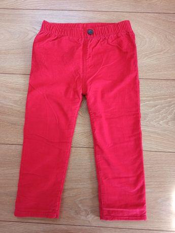 Czerwone spodnie na jesień, zimę, sesję świąteczną
