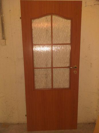 Drzwi pokojowe 80 lewe z zamkiem i klamką.