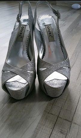 Srebrne wysokie sandały Dival, błyszcząca klamerka, odkryte pięty i pa