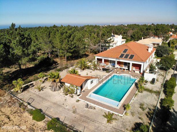 Moradia com piscina e generosa área exterior em Vale da Telha