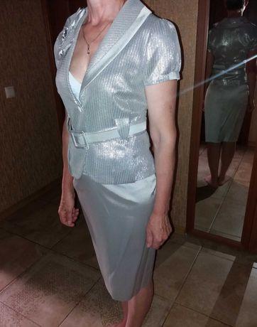 Костюм женский нарядный новый 42 размер