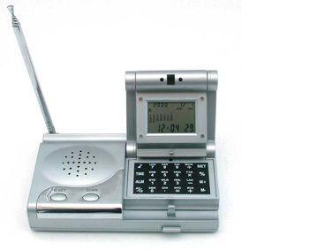 Kalkulator z zegarem wielofunkcyjnym i FM radiem HW2026 - PREZENT