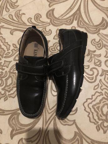 Шкільні шкіряні туфлі.