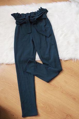 Szamaragdowe spodnie typu paperbag wiazane Pretty Little Thing