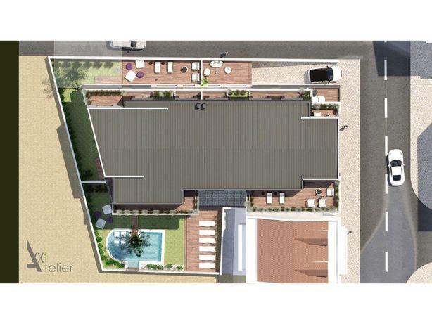 Apartamento T4 Alcochete inserido em prédio com piscina.