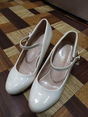 Туфли. Лаковые, бежевые.