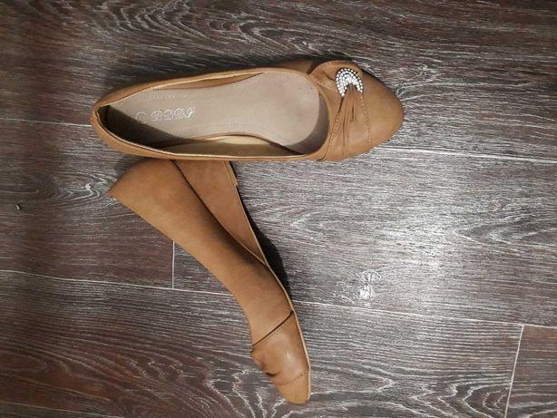 Туфли на танкетке из мягкого кожзама