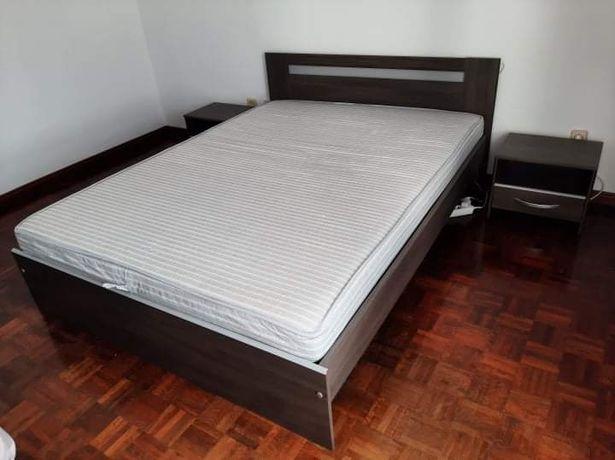 Conjunto cama + colchão + mesas de cabeceira
