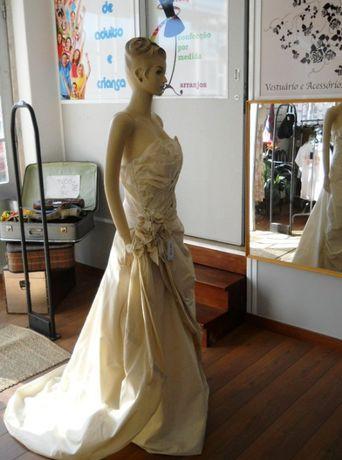 Vestido de cerimonia ou casamento creme em seda Italiana de boutique