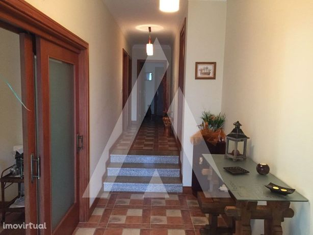 Moradia T3 com dois pisos e excelentes áreas em Barrô.