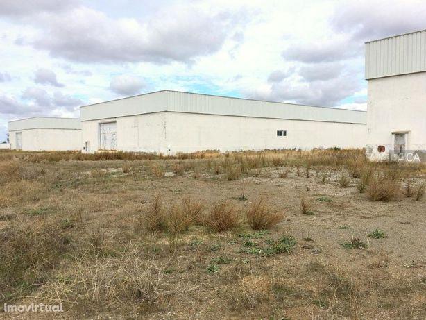 Armazéns e moradia inseridos em terreno com 109.500m² sit...