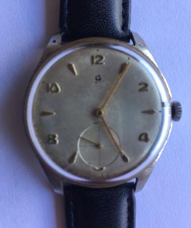 Relógio mecânico muito antigo