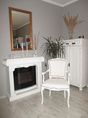 Piekny ,stary,antyczny ,biały fotel.