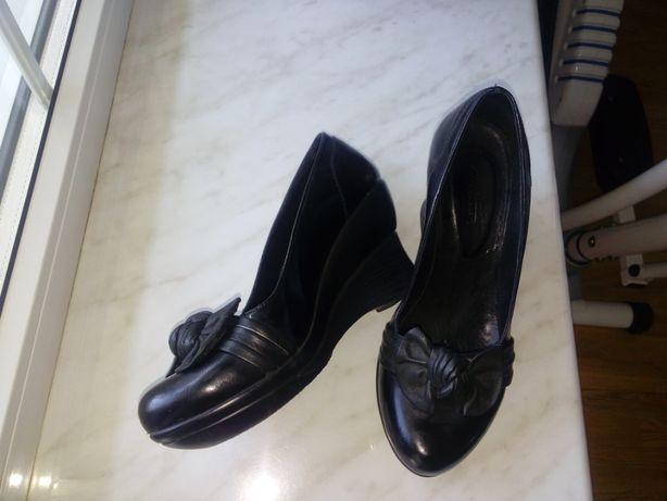 Продам кожаные туфли черного цвета размер 39