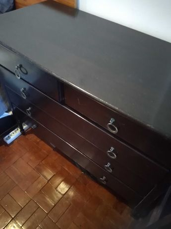 Vendo comoda preta antiga mas em bom estado de uso, por 50 euros