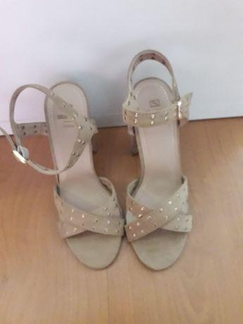 Sandálias novas de mulher