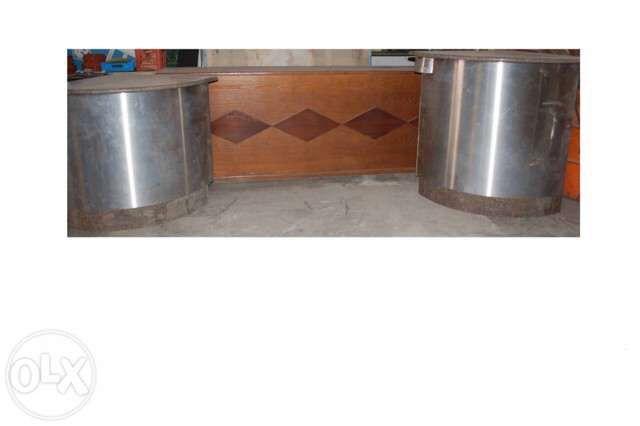 Balcão madeiras com cantos em inox e tampo de mármore