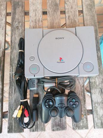 Playstation com comando e cabos