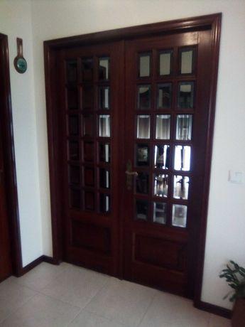Portas de madeira em ótimo estado