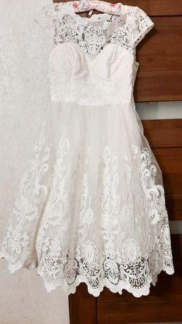 Розкішна біла сукня