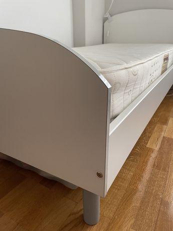 Cama individual com colchão e estrato